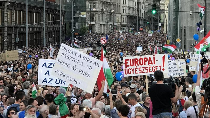 Hungarians protest PM Orban for second week