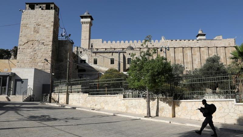 An Israeli soldier walks past Ibrahimi Mosque, in the West Bank city of Hebron July 7, 2017. [Photo/Ammar Awad /Reuters]