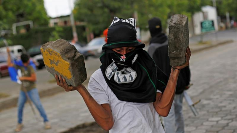 Demonstrators in Managua set up barricades and clashed with the police [Jorge Cabreraa/Reuters]