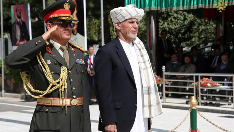 Afghan President Ashraf Ghani, right, lays a wreath on Independence Day marking the 99th anniversary of independence from Britain, in Kabul on August 18, 2018 [Anadolu Agency/Afghan Presidency]