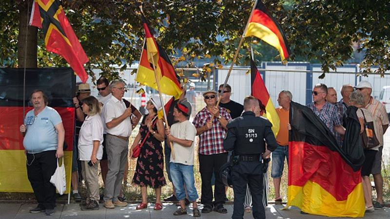 PEGIDA supporters protest against Merkel's visit at the Saxon state parliament on August 16 [Sebastian Kahnert/dpa/AFP)