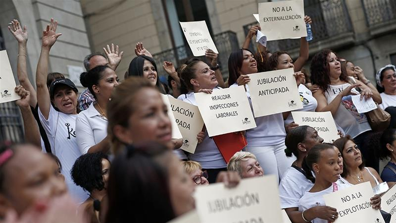 Hotel housekeepers during a protest called by Las Kellys housekeepers collective in front of the Barcelona's city hall at Sant Jaume square in Barcelona on August 25, 2018 [Pau Barrena/AFP]