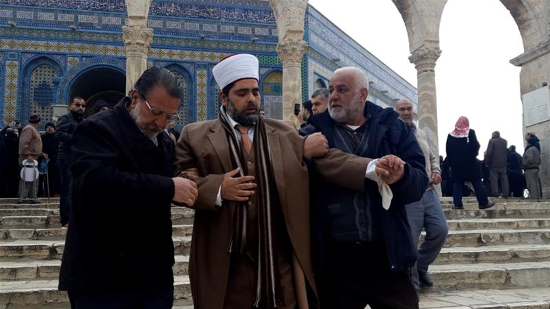 During the scuffle Israeli police allegedly physically assaulted Sheikh Omar al-Kiswani, director of the Al-Aqsa compound [Anadolu Agency]