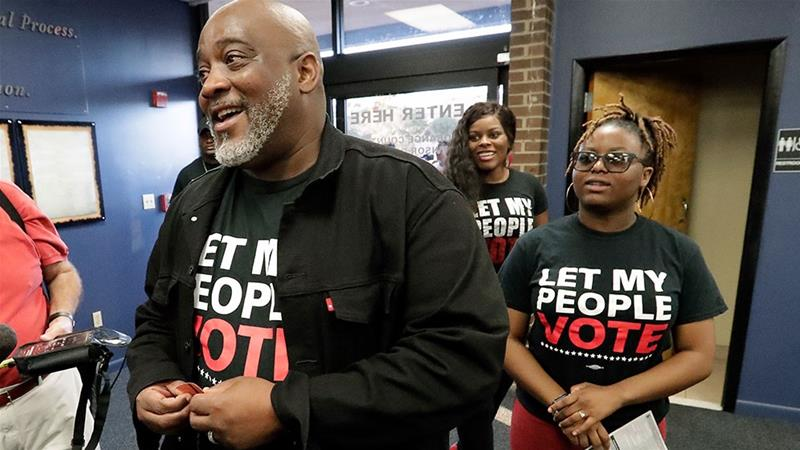 Former felon Desmond Meade and president of the Florida Rights Restoration Coalition arrives with family members at the Supervisor of Elections office in Orlando, Florida to register to vote [John Raoux/AP Photo]