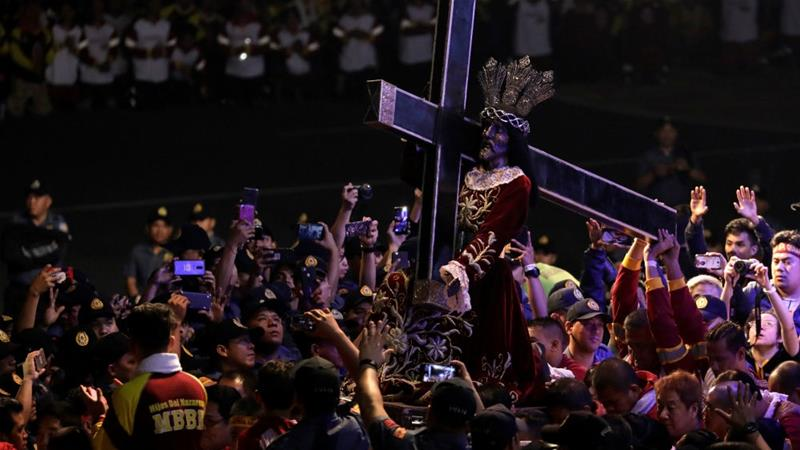 Hundreds of thousands join annual Catholic procession in Manila