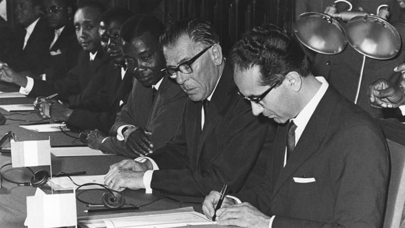 European politicians Emilio Colombo and Eugene Schaus, Togo's trade minister Jean Agbemegnan, and others at the signing of the Youande Convention on July 20, 1963 [Communautes europeennes]