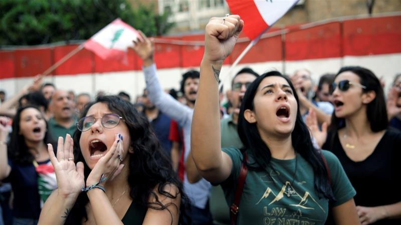 Protesters chant as as they demonstrate outside Lebanon's Central Bank during ongoing anti-government protests in Beirut, Lebanon November 11, 2019 [Andres Martinez Casares/Reuters]