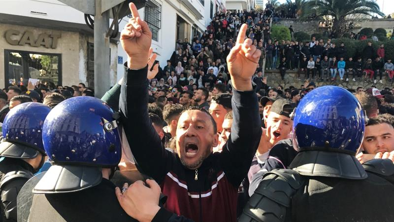 Algerians March en Masse, Calling on Bouteflika to Step Down