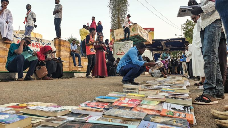The Sudanese librarian who provides books to protesters