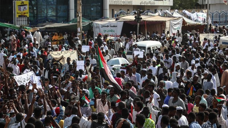 Protesters have massed outside the army complex in central Khartoum since April 6 [Mahmoud Hjaj/Anadolu]