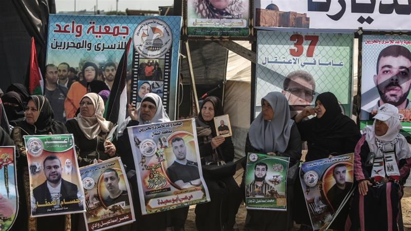 People gather in Gaza City to show their support for Palestinian prisoners held in Israeli jails [File: Anadolu]