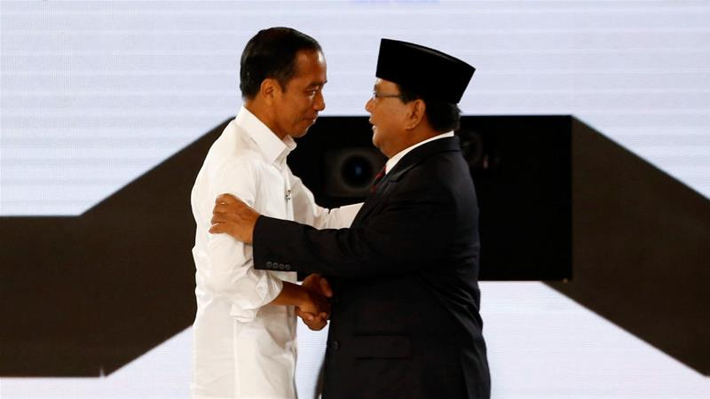 Indonesia's presidential candidates Widodo (l) and Subianto are courting overseas voters [File: Willy Kurniawan/Reuters]