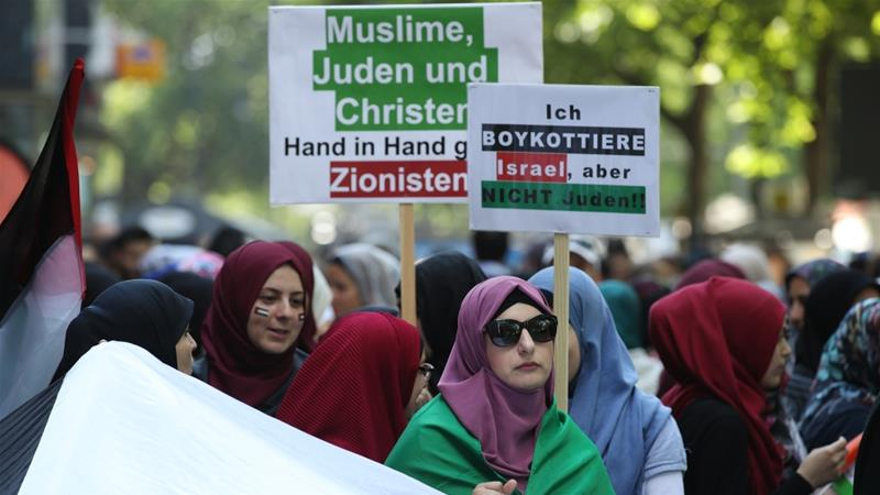Protesters in Berlin held up signs that said 'I boycott Israel, but not Jews!' [File: Sean Gallup/Getty]