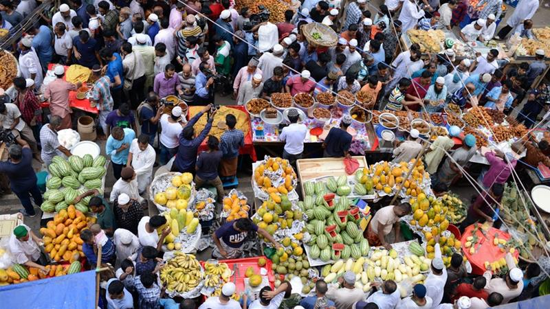 The makeshift iftar bazaar at Dhaka's Chawk Bazar is prone to fire hazards [Mahmud Hossain Opu/Al Jazeera]