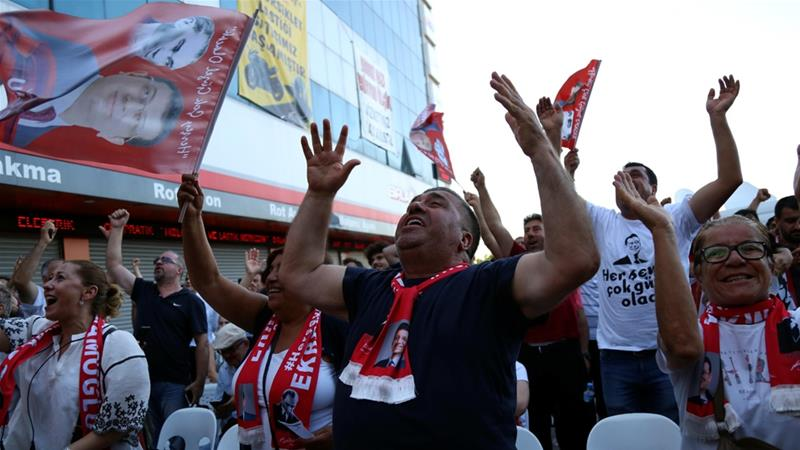 Supporters of the main opposition Republican People's Party (CHP), celebrate in Istanbul, Turkey [Cansu Alkaya/Reuters]