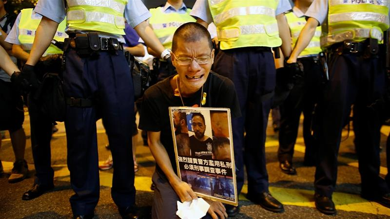 A court has overturned the conviction of city police officers over the 2014 beating of protester Ken Tsang, which was caught on video.  [FILE/Carlos Barria/Reuters]