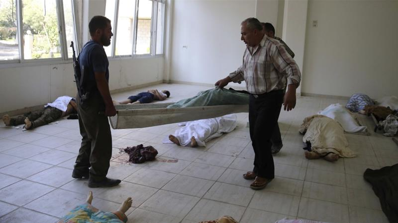 People carry the body of a civilian on a stretcher after a chemical attack in the Ghouta area, in the eastern suburbs of Damascus on August 21, 2013 [Reuters/Mohamed Abdullah]