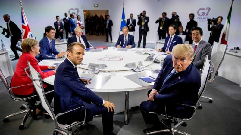 French President Macron and US President Trump at a G-7 working session in Biarritz, France, on August 25, 2019 [Reuters/Andrew Harnik]