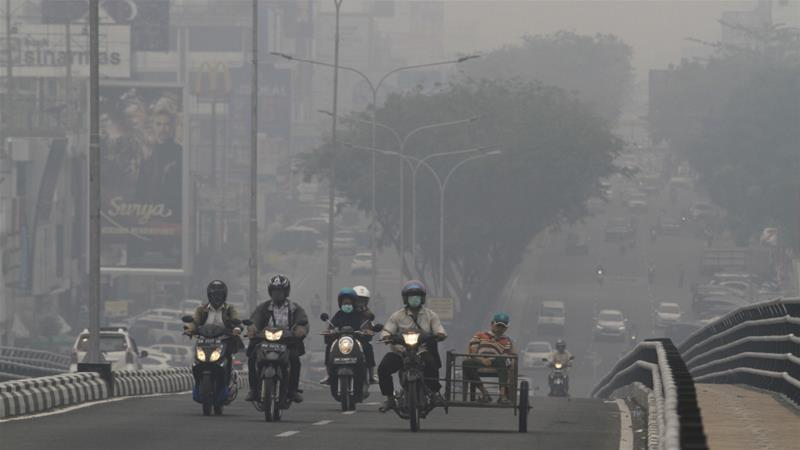 Health offices in Indonesia's Riau and Jambi provinces said over 300,000 people suffered from respiratory illnesses since the haze began [AP]