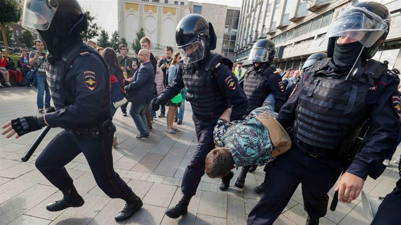 Law enforcement officers arrest a participant in a rally calling for opposition candidates to be registered for elections for the Moscow city Duma in Moscow on August 3, 2019 [Reuters/Shamil Zhumatov]