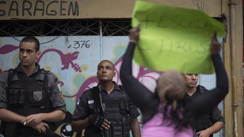 Brasil: moradores de favela do Rio se reúnem após oito anos morto a tiros