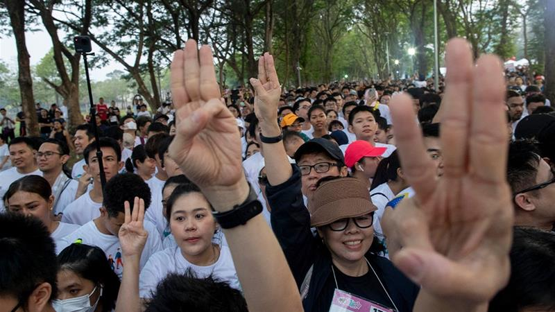 Thousands run against 'dictatorship' in Thai capital