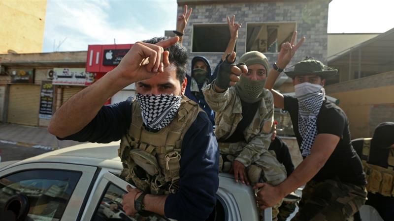 Pejuang yang setia pada gerakan pemerintah yang diakui PBB dalam perayaan di kota pantai Sabratha [Mahmud Turkia / AFP]