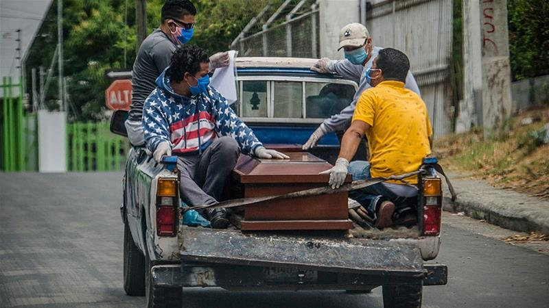 The coffin with the body of a patient who died with symptoms of the new coronavirus, COVID-19, is carried by relatives to be buried at the Oriental Cemetery, in Managua [AFP]