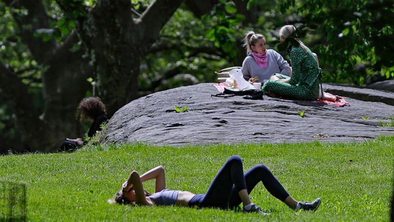 People enjoy warm weather during the coronavirus pandemic in New York City's Central Park [Frank Franklin II/AP Photo]