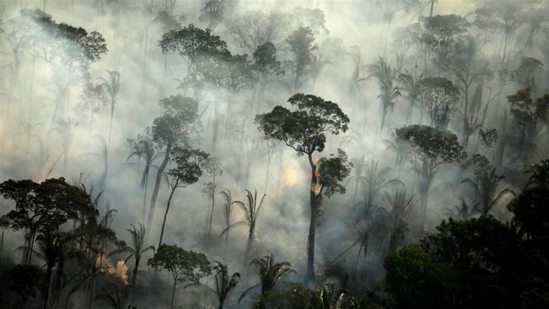 Ο καπνός κυματίζει από πυρκαγιά σε μια περιοχή του Αμαζονίου κοντά στο Πόρτο Βέλχο, στην πολιτεία της Ροντονίας, στη Βραζιλία, όπου ο Πρόεδρος Τζέιρ Μπολσονάρο έχει απορρίψει τη διπλωματική πίεση για την προστασία του τροπικού δάσους [Αρχείο: Bruno Kelly / Reuters]