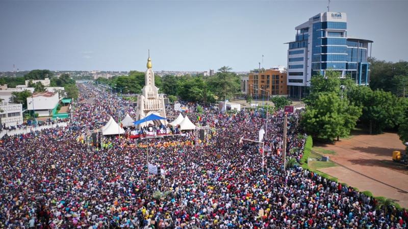 Οι διαδηλωτές συγκεντρώθηκαν στην πλατεία Ανεξαρτησίας στο Μπαμάκο εναντίον του προέδρου του Μαλί Ιμπραήμ Μπουμπακάρ Κίτα και της κυβέρνησής του [Michele Cattani / AFP]