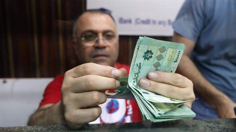 Ένας πωλητής ανταλλαγής χρημάτων μετρά τα τραπεζογραμμάτια λιβανικής λίρας σε ένα κατάστημα συναλλάγματος στη Βηρυτό του Λιβάνου, το οποίο ξεκίνησε συνομιλίες με το ΔΝΤ στα μέσα Μαΐου για ένα πακέτο διάσωσης αξίας περίπου 10 δισεκατομμυρίων δολαρίων για τη χρηματοδότηση των άμεσων αναγκών του [Αρχείο: Mohamed Azakir / Reuters]