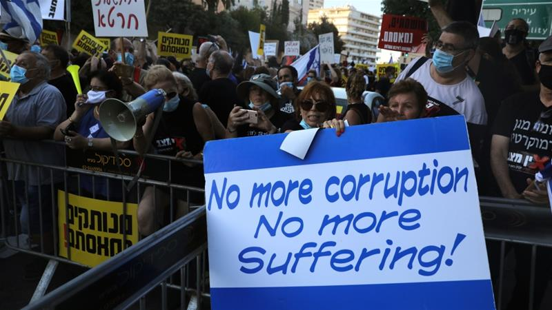 Israelis protest against Netanyahu outside his official residence in Jerusalem [Menahem Kahana/AFP]