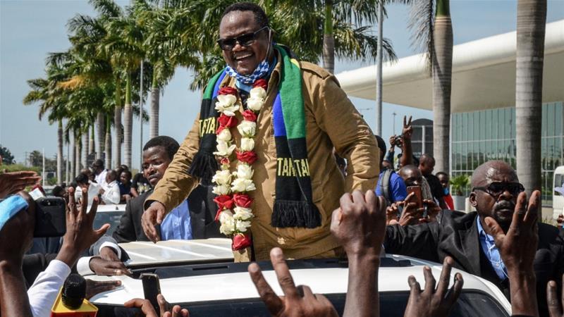 Ο Λισού, ο οποίος πυροβολήθηκε 16 φορές σε μια επίθεση του 2017, αντιδρά στους υποστηρικτές καθώς επιστρέφει μετά από τρία χρόνια στην εξορία για να προκαλέσει τον Πρόεδρο Τζον Μαγκούφφι [STR / AFP]