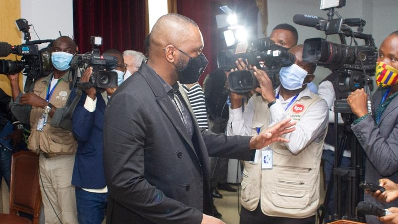 Angola's Supreme Court handed a five-year jail sentence to dos Santos, centre, for fraud [Osvaldo Silva/AFP]