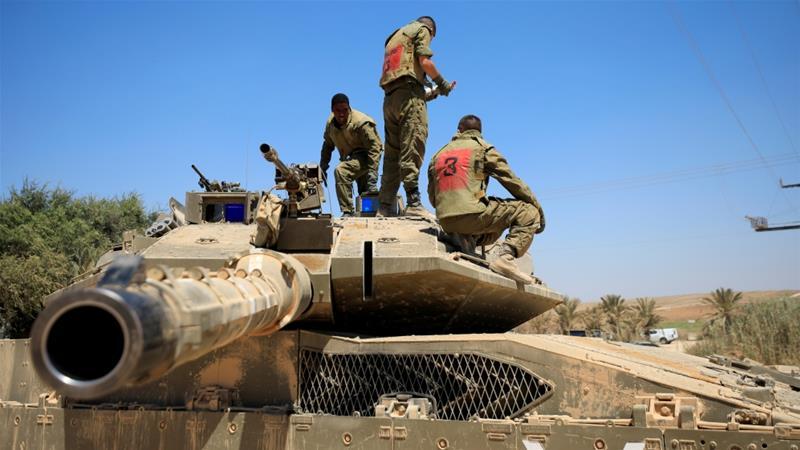 Israelische Soldaten stehen auf einem Panzer nahe der Grenze zwischen Israel und dem Gazastreifen [Amir Cohen / Reuters]