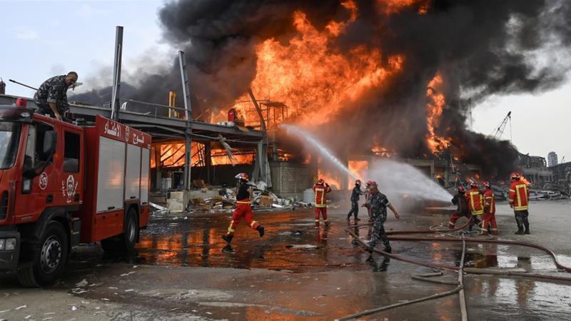 Petugas pemadam kebakaran Lebanon mencoba memadamkan api di Pelabuhan Beirut [Wael Hamzeh / EPA]
