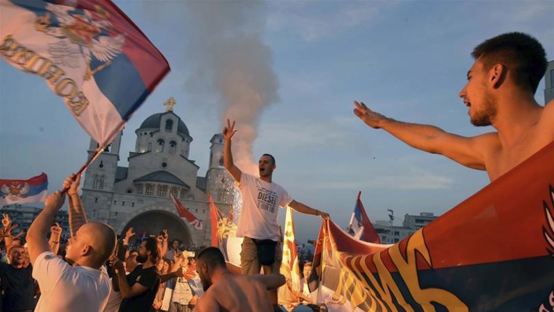Pendukung oposisi merayakannya setelah pemilihan parlemen di depan Gereja Ortodoks Serbia Kebangkitan Kristus di Podgorica, Montenegro pada tanggal 31 Agustus 2020 [AP / Risto Bozovic]