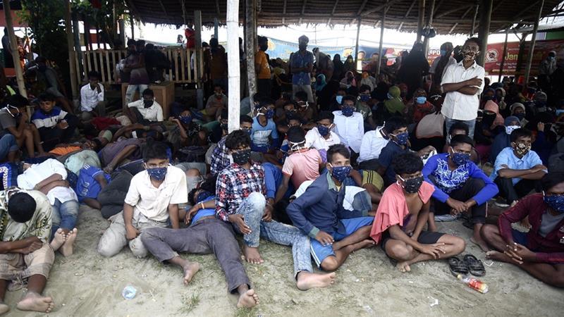 Rohingya yang mendarat di dekat Lhokseumawe di provinsi Aceh Indonesia pada Senin pagi [Rahmat Mirza / AFP]