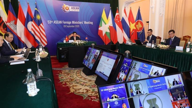 Wakil Perdana Menteri Vietnam dan Menteri Luar Negeri Pham Binh Minh memimpin pertemuan video ASEAN [VNA via Reuters]