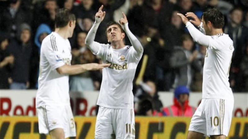 Swansea's Pablo Hernandez (C) celebrates scoring the late goal that knocked Chelsea off top spot [AFP]