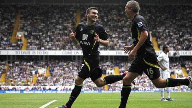 Norwich's Robert Snodgrass (L) celebrates with teammate Steve Morison after late strike [EPA]
