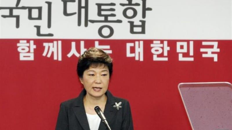 Park Geun-Hye read her apology to reporters outside the New Frontier Party headquarters [Reuters]