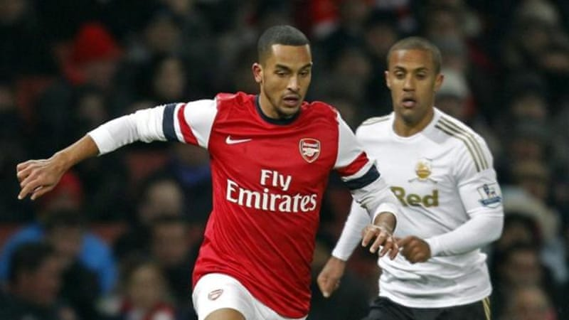 Walcott (L) has been in a great vein of form despite Arsenal's slow start to the season [AFP]