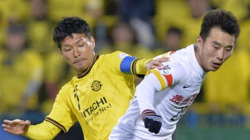 Hidekazu Otani of Kashiwa Reysol (L) tussles with China's Guizhou Renhe during AFC clash [AP]