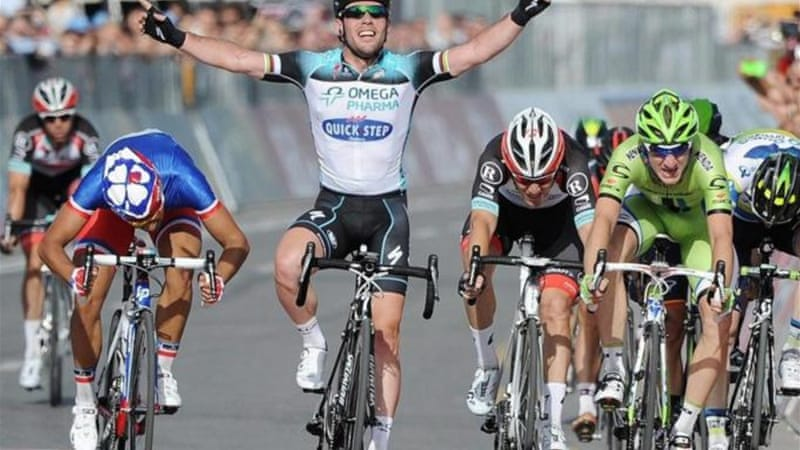 British cyclist Mark Cavendish (C) survived crash to win a dramatic sprint finish in Naples [EPA]