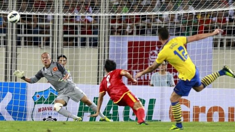 French striker Giroud (R) has five goals in two games on Asian tour after scoring three first-half goals [EPA]