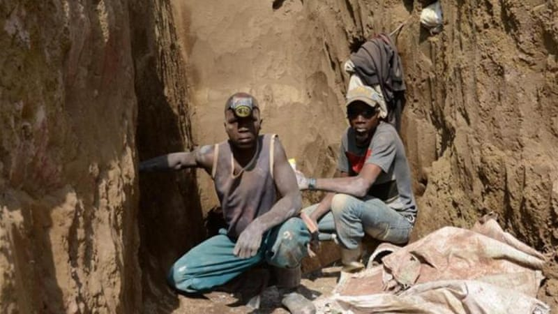 Men dig for minerals at the Mudere mine in the Democratic Republic of Congo [AFP]