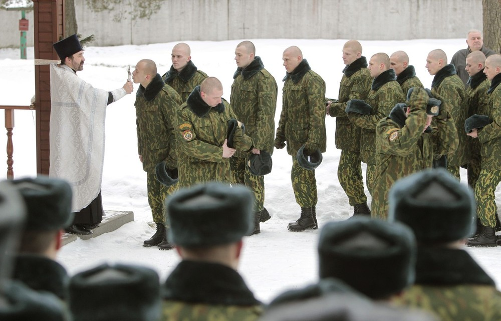 Most Orthodox Christians celebrate Christmas according to the Julian calendar on January 7. Western Christian churches mark the holiday according to the Gregorian calendar. Above, servicemen in Belarus\(***) Interior Ministry\(***)s special unit queue up to kiss an Orthodox cross after a service at a military base in Belarus\(***) capital, Minsk.