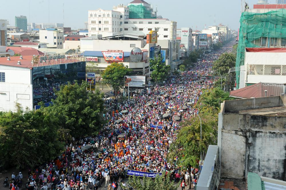 <p>Hundreds of thousands of Cambodian National Rescue supporters march through the streets of Phnom Penh on December 29, demanding that Prime Minister Hun Sen step down</p>